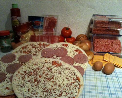 Die Zutaten für zwei Bacon & Cheese stuffed Pizza Burger.