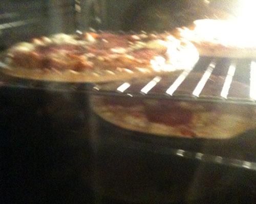 Pizzen im Ofen.